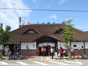 ด้านหน้าสถานีคิชิ สังเกตุดีๆที่หลังคามีหูแมวติดอยู่ด้วยนะ